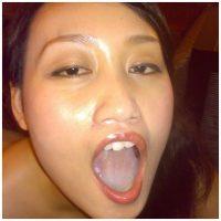 Webcam porno avec une ladyboy qui suce et avale en live
